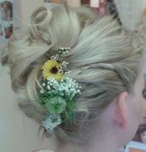 Steckfrisur mit frischen Blumen im Brautstuebel Moritzburg